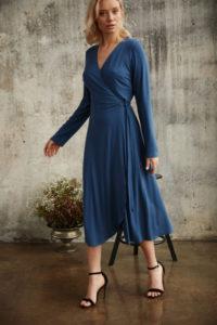 https://tova.pl/sklep/sukienki/sukienki-dzianinowe/dzianinowa-sukienka-kopertowa-soft-niebieska/